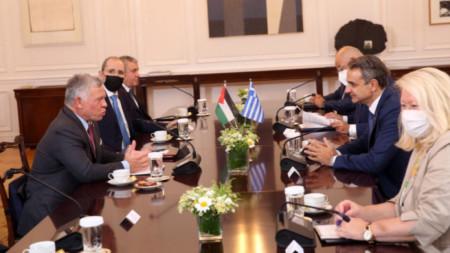 Кралят на Йордания Абдула II (вляво) и гръцкият премиер Кирякос Мицотакис (вдясно)