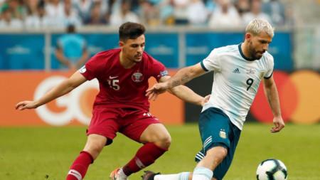 Агуеро (вдясно) вкара втория гол за Аржентина срещу Катар.