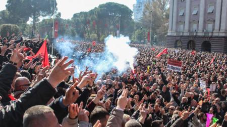 Хиляди привърженици на опозиционната  Демократическа партия на Албания участваха в протеста.