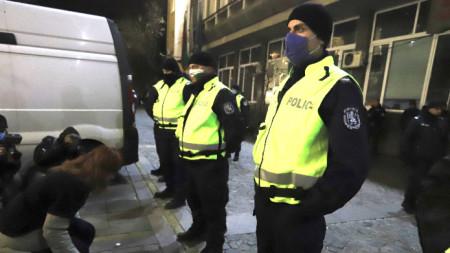 Протестиращи пред БВНТ в очакване на министъра на труда и социалната политика Деница Сачева.