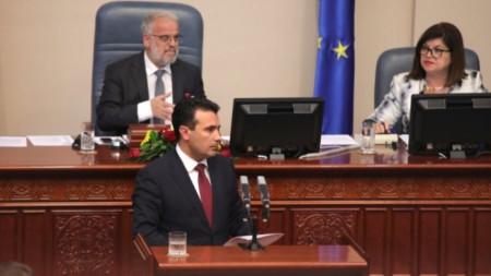 Премиерът Зоран Заев говори пред парламента на Северна Македония.