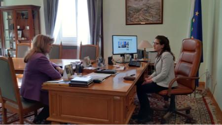 """Вицепрезиденът Илияна Йотова (вляво) разговаря с Моника Митова, победител в инициативата """"Посланик за един ден"""""""