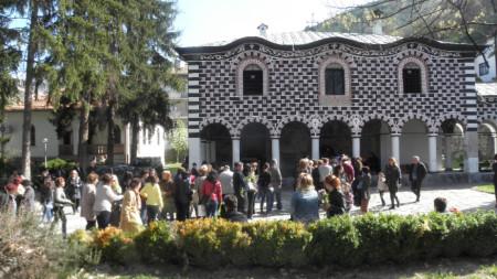 """Паметникът Константин Чорбаджигошев е в двора на църквата """"Въведение Богородично"""" в Благоевград."""