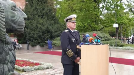 Началникът на отбраната адмирал Емил Ефтимов поздрави военните за Деня на храбростта.