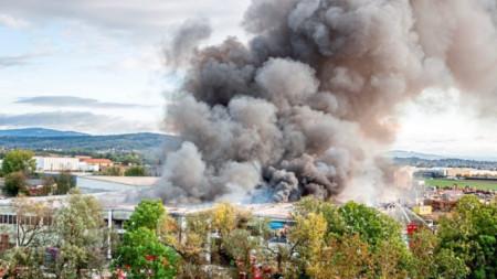 Над 200 огнеборци бяха пратени, за да локализират пожара след експлозията в Хьоршинг, близо до летището на Линц.