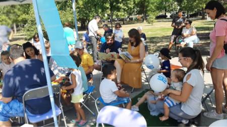 Юлия Роне сред малки, слушащи почитатели на книжките в Южния парк