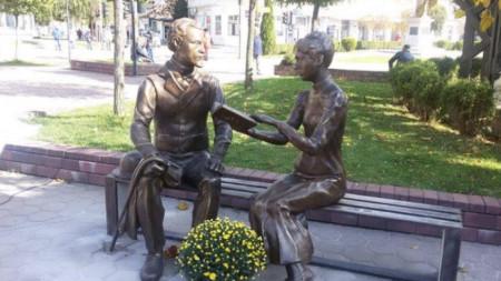 Статуя на Мара Белчева и Пенчо Славейков, скулптор Велизар Захариев