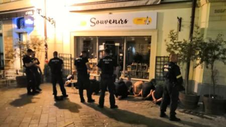Полицията в Братислава задържа над 100 човека снощи.