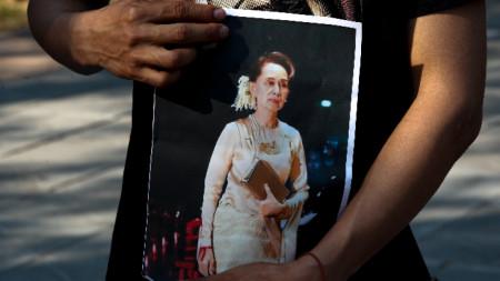 Демонстрант държи снимка на Аун Сан Су Чжи в Банкок.
