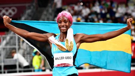 Шона Милър-Уибо триумфира с бахамското знаме.