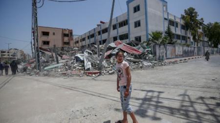 Момиче стои пред руини на страда на вътрешното министерство на Хамас в южно предградие на Газа.