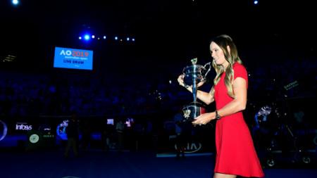Шампионката от 2018-а Вожняцки внася трофея по време на жребия.