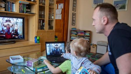 С деца вкъщи е по-трудно да се отдадеш на служебните задачи