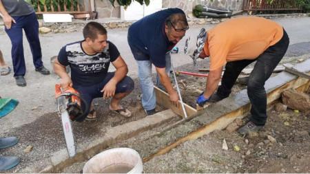 Жители на Смилян изграждат детска площадка