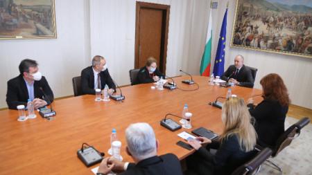 Президентът Румен Радев разговаря с проф. д-р Радка Аргирова, проф. д-р Андрей Чорбанов, д-р Александър Симидчиев.