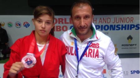 Анна-Мария Манушева позира с медала.