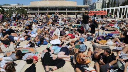 Израелски екоактивисти се включиха в Тел Авив в глобалния протест срещу бездействието по климатичните промени на 27 септември.