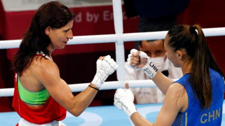 Стойка Желязкова Кръстева поздравява Чанг Юан от Китай след двубоя им в четвъртфиналния мач за жени (48-51 кг) от боксовата програма на Олимпийските игри в Токио 2020 на Арена Ryogoku Kokugikan, 1 август 2021 г.