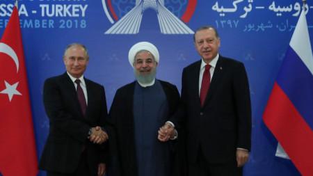 Президентите на Русия, Иран и Турция - Владимир Путин, Хасан Рохани и Реджеп Ердоган (от ляво надясно) позират за снимка в началото на срещата им в Техеран.