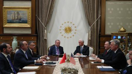 Среща на турския държавен глава Реджеп Тайип Ердоган и американския вицепрезидент Майк Пенс и на двете държавни делегации.