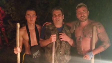 Кметът на Радомир Пламен Алексиев (в средата) също участва в гасенето на пожара в Голо бърдо.