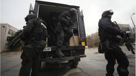 """Резултат с изображение за Десет души са задържани при спецакция срещу организирана група за телефонни измами във Ветово. Това съобщи зам.-главният прокурор Иван Гешев.  Те са арестувани за шест престъпления, извършени в периода декември 2018 – август 2019 г., за сумата от над 300 000 хил. лв.  При обиските е намерен """"тротил в размер да срути 2-3 къщи"""", съобщи Гешев. Открити са още оръжия, както и """"сим карти и телефони, които са оръдията на труда на тези хора"""".  Единият от случаите, за които се води разследване е за измама в размер на 130 000 лв., взети от възрастен мъж в София.  Друг е с участието на 11-годишно дете от Стара Загора, прилъгано да даде 40 000 лв. на """"муле"""" на групата.  Сред задържаните има както лица, за които се смята, че са намирали и манипулирали жертвите, така и куриери.  Във Ветово това е трета акция срещу """"ало"""" мафията само за последната половин година."""
