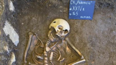 За ДНК анализ в Харвард предстои да бъдат изпратени откритите средновековни скелети.
