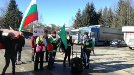 Протестиращи в Троян блокираха за един час движението по пътя за село Орешак.