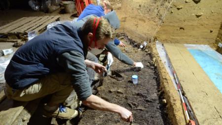 Археолози в пещерата Бачо Киро.