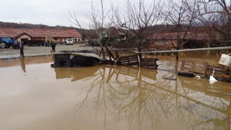 Наводнен стопански двор на входа на Кочериново.