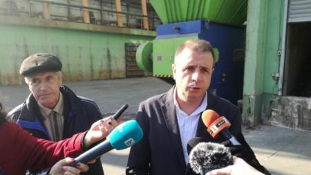 Изпълнителният директор на ТЕЦ Сливен инж. Павлин Костов накратко обясни на заинтересованите граждани и еколози как се съхранява RDF горивото