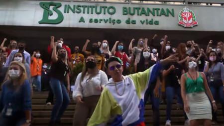 Сцена от видеоклипа на песента