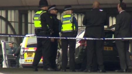 """Полицейски кордон на гара """"Ватерло"""", където бе намерено едно от взривните устройства."""