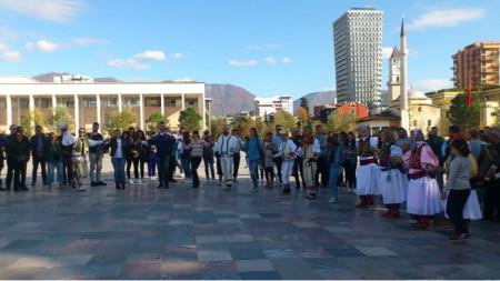 Представители на българското малцинство в Албания на хоро в центъра на Тирана