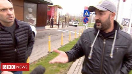Кадър от репортажа на Би Би Си, в който репортер на британската медия задава въпроси на Ивайло Николов (вдясно).