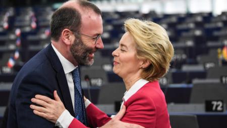 Манфред Вебер поздравява Урсула фон дер Лайен в Европарламента.