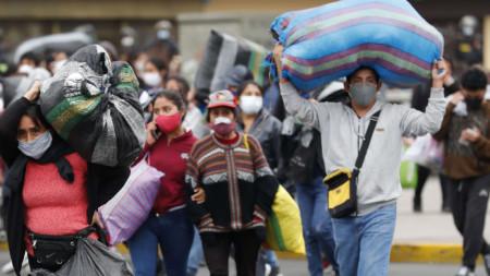 Полиция разгонва улични търговци в центъра на Лима, 12 юни 2020 г.