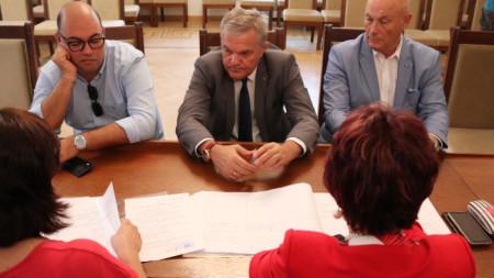 Председателят на АБВ Румен Петков (в средата) внесе в ЦИК близо 4000 подписа