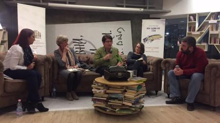 """Момент от представянето на книгата """"Там също пада светлина"""" на белгийската поетеса Мириам Ван хее в литературен клуб """"Перото""""."""