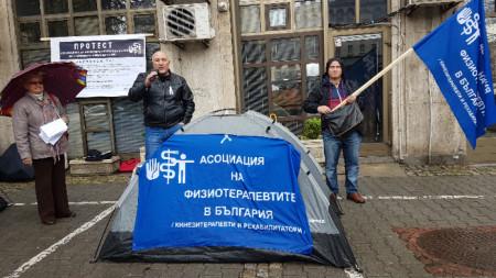 Физиотерапевти и рехабилитатори протестираха пред сградата на МЗ в София.
