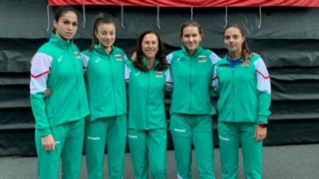 От ляво на дясно: Шиникова, Аршинкова, капитанът Рангелова, Топалова и Томова.