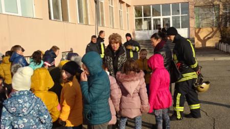 Учениците са изведени по евакуационния план от училището