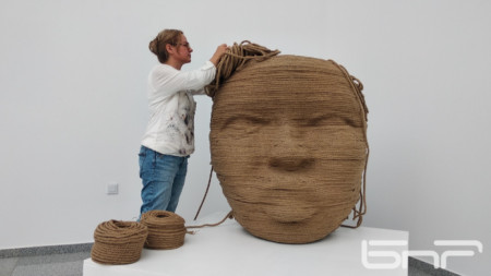 Една от огромните маски е изработена от въжета