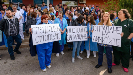 Медиците от Педиатричната болница няколко пъти протестираха срещу липсата на достатъчно пари по клиничните пътеки и с искане за по-високи заплати и промяна на статута.