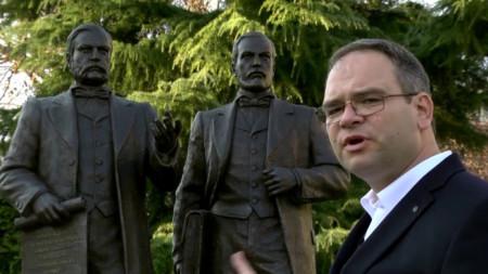 Христо Тучев пред паметника на Евлоги и Христо Георгиеви