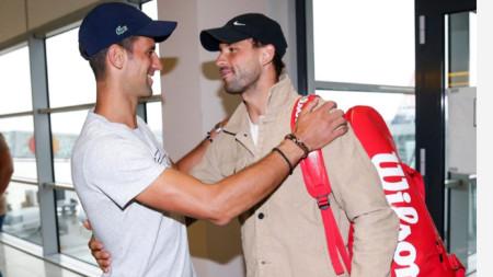 Джокович посреща Григор Димитров на летището в Белград.