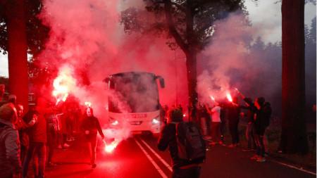 Феновете посрещат автобуса на Вилем II в Тилбург.
