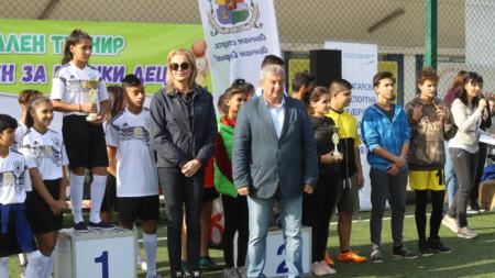 Стефка Костадинова награждава първенците във футбола.