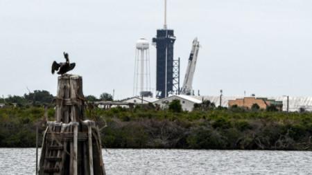Космиеският кораб Falcon 9 на SpaceX часове преди да излети