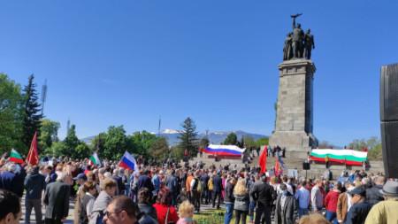 Хора около паметника на Съветската армия в София, 9 май 2021 г.